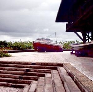 Margem do parque Mangal das Garças e varanda do restaurante; aningal e embarcações, típicas da região, como parte do paisagismo do espaço. <br />Foto do autor, jan. 2007