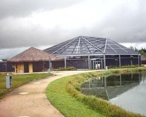 """Vista de passeio na borda de um dos lagos artificiais do Mangal das Garças, com quiosque de comidas típicas e """"borboletário"""" ao fundo. <br />Foto do autor, jan. 2007"""