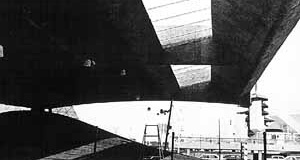 Pavilhão brasileiro e entorno [MONTANER, Josep Ma. Mendes da Rocha. Lisboa, Blau, 1996. p. 32]