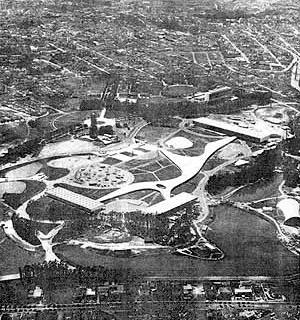 Foto aérea com o projeto implantado. (1955) [MONDADORI, Arnaldo. Niemeyer. São Paulo: Milão, 1975]