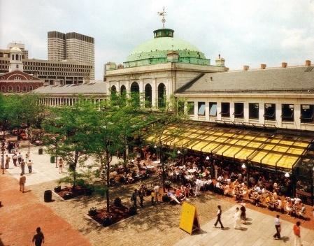 Figura 13 – Em Boston, entre o centro cívico e o waterfront, o conjunto histórico do Quincy Market e Faneuil Hall foi reciclado em centro comercial e gastronômico. Arquiteto Benjamin Thompson [In Process # 89, 1990]