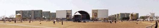 Neste exemplo, as estruturas de um show musical (11 e 12 de outubro de 2003) ocupam o canteiro central