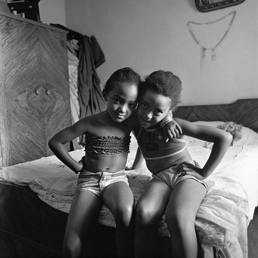 Duas irmãs abraçadas, São Paulo SP, 1975<br />Foto Cristiano Mascaro