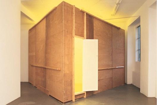 Bruce Nauman, Yellow Room (Triangular), Tábuas e luz amarela, 1973, 5,48x3,04 (Vista da instalação original na galeria Konrad Fischer, Dusseldorf, 4 de Fevereiro – 6 de Março de 1974) [HUCHET, S. Intenções Espaciais. P. 225.]