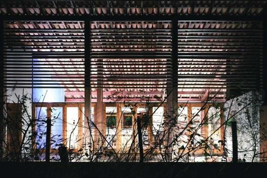 Casa na Praia de Juquehy, São Sebastião SP, 2003. Alvaro Puntoni. Projeto construído com madeira certificada.<br />Foto Nelson Kon
