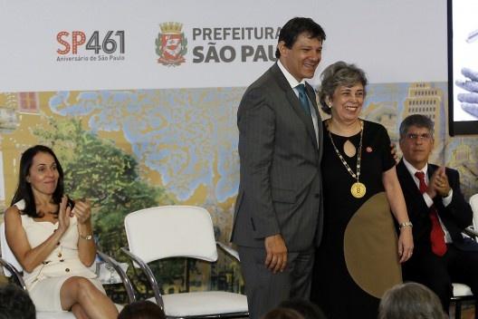 """Prefeito Fernando Haddad abraça Rosa Artigas, que recebe medalha """"em memória"""" para seu pai Vilanova Artigas<br />Foto César Ogata / SECOM"""