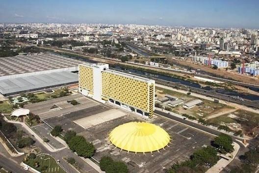 Palácio de Exposições do Parque Anhembi, pavilhão de exposições, arquitetos Jorge Wilheim, Miguel Juliano e Massimo Fiocchi, São Paulo, 1963-1972<br />Foto Nelson Kon