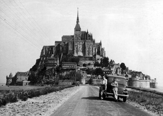 Estrada ante o Mont Saint Michel [Colección familia Estrada]