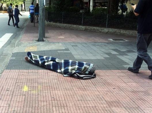 Indigente enrolado no cobertor em área central de São Paulo<br />Foto Abilio Guerra