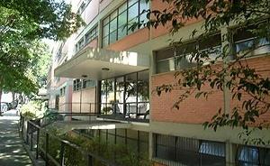 Detalhe de uma das passarelas de acesso às portarias do Conjunto Gregório Serrão, Arquiteto Salvador Candia<br />Foto Eunice Helena Abascal
