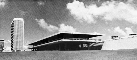 Edifício Touring, Brasília DF, arquiteto Oscar Niemeyer<br />Foto divulgação  [revista Acrópole]
