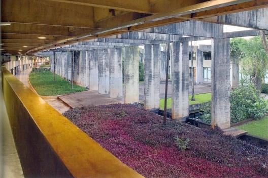 "ICC – Minhocão, UnB, Brasília, 1963-71. Arq. Oscar Niemeyer<br />Foto Leonardo Finotti  [ANELLI, Renato. ""Architettura contemporanea: Brasile"", p. 43]"