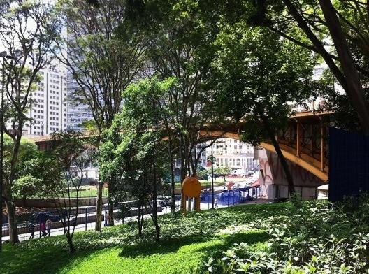 Vegetação e área permeável no Vale do Anhangabaú, São Paulo<br />Foto Abilio Guerra