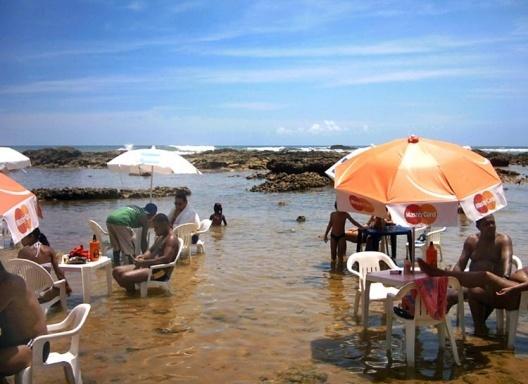 Clientes na água, praia do Farol de Itapuã<br />Foto do autor