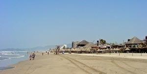 Quiosques e construções na praia de Barra Vieja, Acapulco - México [http://travel.webshots.com/album/549645979UZZZEW]