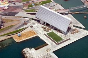 Cais Miradores com placa fotovoltáica, Fórum Mundial em Barcelona. <br />Foto Agustí Argelich.  [Forum Barcelona 2004]