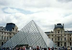 Pirâmide do Louvre, arquiteto I. M. Pei. Série da grandes obras de urbanização e arquitetura da cidade de Paris, realizadas pelo governo francês. <br />Foto AG