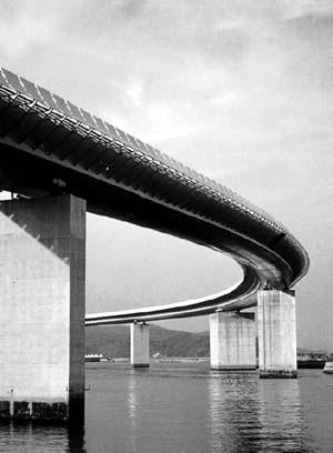 Ponte Ushibuka, ligação entre três ilhas do Arquipélago Amakusa, Japão, 1977. Arquiteto Renzo Piano.  [Pritzker Prize]