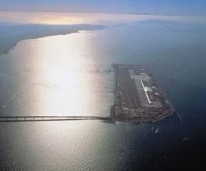 Aeroporto Internacional de Kansai, Osaka, Japão. Arquiteto Renzo Piano. <br />Foto Sky Frot.  [Pritzker Prize]