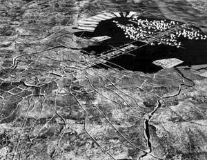 Plano de Reorganização Estrutural de Tóquio, 1960, arquiteto Kenzo Tange.  [Website Oficial Kenzo Tange]