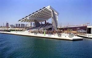 Cais Miradores com placa fotovoltáica, Fórum Mundial em Barcelona.<br />Foto Isabel Steva.  [Forum Barcelona 2004]