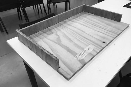 Materioteca: gaveta e bandeja. Mock-ups escala 1:1<br />Foto Isabella Simões e Sofia Lundgren  [Acervo Fabricação, tectônica e projeto: catálogo de encaixes em madeira]