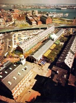 Figura 12 – Em Boston, entre o centro cívico e o waterfront, o conjunto histórico do Quincy Market e Faneuil Hall foi reciclado em centro comercial e gastronômico. Arquiteto Benjamin Thompson [In Process # 89, 1990]