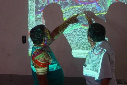 Luiz Carlos Toledo discute o Plano Diretor com moradores da Rocinha, Rio de Janeiro<br />Foto divulgação / M&T Mayerhofer  [Plano Diretor Sócio-Espacial da Rocinha]