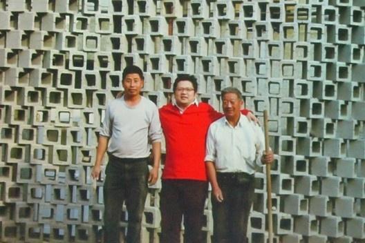 Professor Yuan e seus operários, em frente à Silk Wall<br />Foto Gabriela Celani