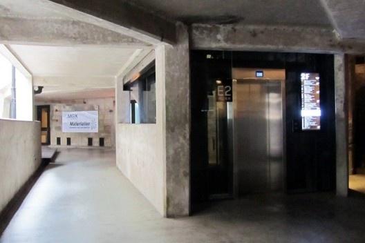Apesar dos elevadores novos, o interior do edifício manteve o aspecto industrial<br />Foto Gabriela Celani