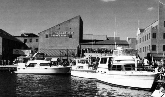Figura 19 – Área revitalizada de Fells Point, Baltimore, mostrando as edificações novas integradas às antigas e o pier público para barcos de passeio e parada do water-taxi. Projeto urbano: Vicente del Rio [In Breen & Rigby, 1994]