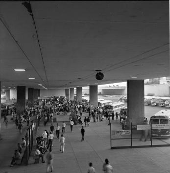 15 de maio de 1967. Gente circulando pelos espaços internos na Plataforma, organizados com bancos e pela caixilharia [Arquivo Público do Distrito Federal]