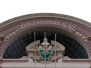 Secretaria de Estado da Educação. Detalhe do coroamento da fachada principal <br />Foto Benedito Tadeu de Oliveira