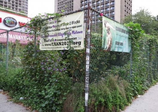 Vista parcial do LaGuardia Corner Gardens, com os cartazes contra o futuro desenvolvimento que irá eliminar o jardim. <br />Foto Cecilia Herzog