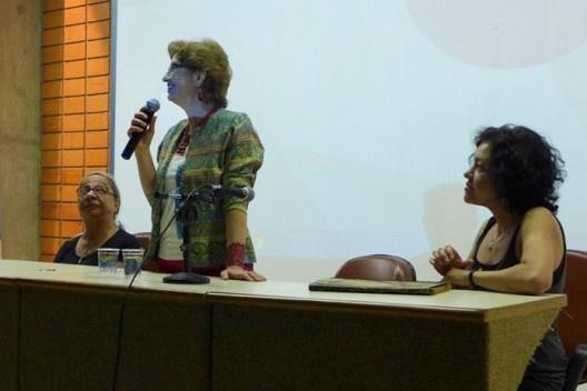 Ruth Verde Zein, ladeada por Mirthes Baffi e Karen Menatti, na sessão de encerramento do evento, Encontro Núcleo Docomomo-SP 2015<br />Foto André Marques