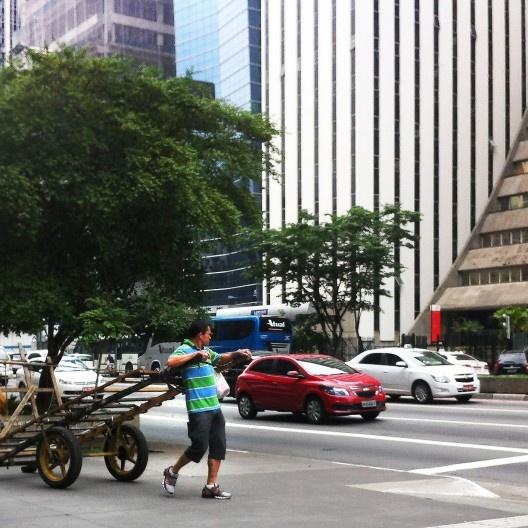 Carroceiro na Avenida Paulista, São Paulo<br />Foto Abilio Guerra