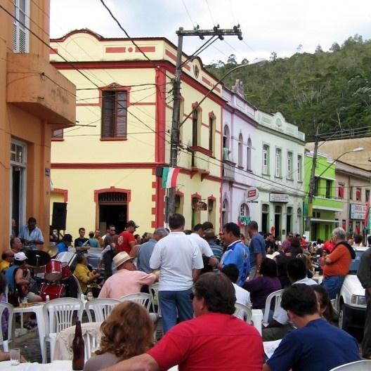 Pessoas em mesas de bares ao ar livre, Santa Teresa ES, junho 2015<br />Foto Eliane Lordello