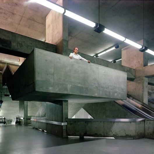 Marcello Fragelli no balcão da escada na Estação Liberdade de Metrô, São Paulo<br />Foto divulgação  [Acervo do arquiteto]