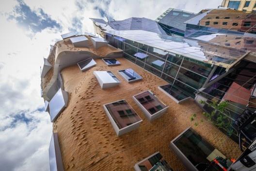 Edificio Dr Chau Chak Wing Building, sede de la Nueva Escuela de Negocios de la Universidad Tecnológica de Sídney, Austrália. Arquitecto Frank Gehry<br />Foto Hpeterswald  [Wikimedia Commons]