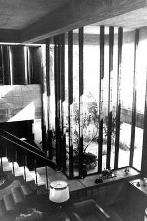 Res. Cleômenes Dias Batista, SP, 1964 – estar e escada de acesso ao pavimento superior<br />Foto de Félix Alves Araújo  [acervo FAUUSP]