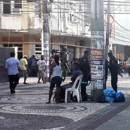 Cadeiras na rua de pedestres, centro de Aracaju, detalhe<br />Foto César Henriques Matos e Silva, 2006