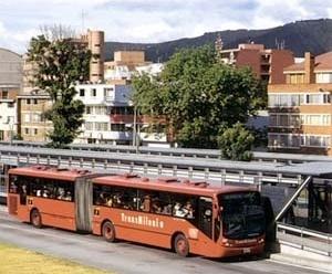 "Ónibus ""Transmilenio"" e ponto fixo na cidade de Bogotá. Arqs. Javier Vera, Fernando León Toro Vallejo, Gabriel Jaime Giraldo Giraldo, 2000<br />Foto Segre"