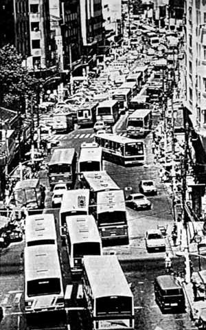 Trânsito caótico em duas mãos na rua Dias da Cruz, no Méier, Rio de Janeiro. Foto Acervo IPLANRIO