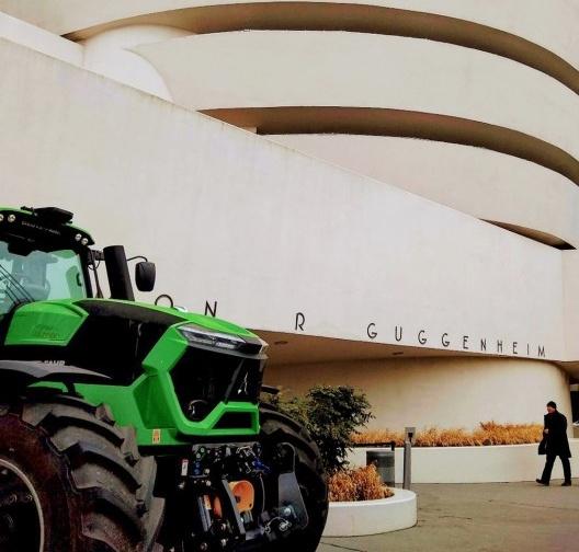 """01. Exposição """"Countryside, The Future"""", Guggenheim Nova York, fev. 2020. Trator Deutz-Fahr TTV Warrior instalado na calçada do museu<br />Foto Patrícia Martins"""