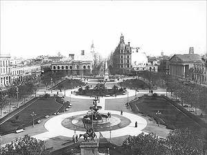 La Plaza de Mayo con los arreglos efectuados por el paisajista francés, luego acriollado, Charles Thays en 1894 [Arquivo Geral da Nação]