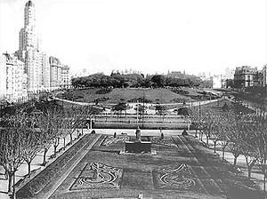 La Plaza San Martín en su esplendor clásico francés en su inauguración en 1936, obra de Carlos León Thays (hijo)
