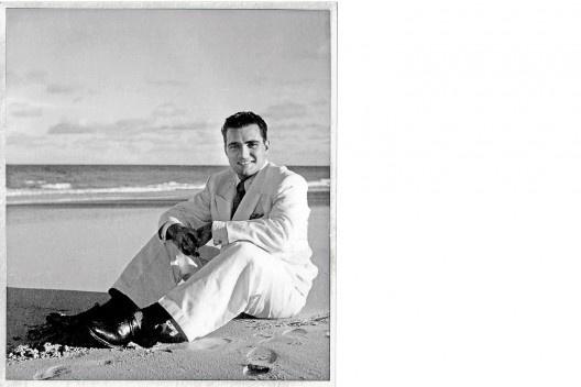 Autorretrato na praia de Boa Viagem, Recife PE, 1939<br />Foto Benicio Whatley Dias  [Acervo Família Whatley Dias]