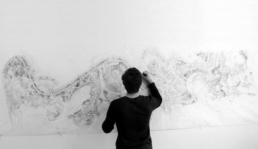 Eduardo Pizarro projetando<br />Foto divulgação