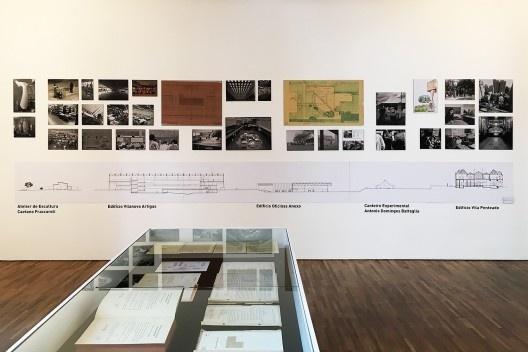 Exposição FAU 70 anos, display com documentos e parede com instalações da escola<br />Foto Abilio Guerra