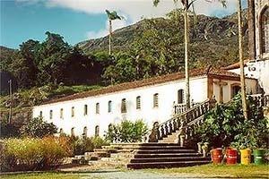Vista da fachada principal do Bloco A: Casa dos Padres <br />Foto Patricia Abreu